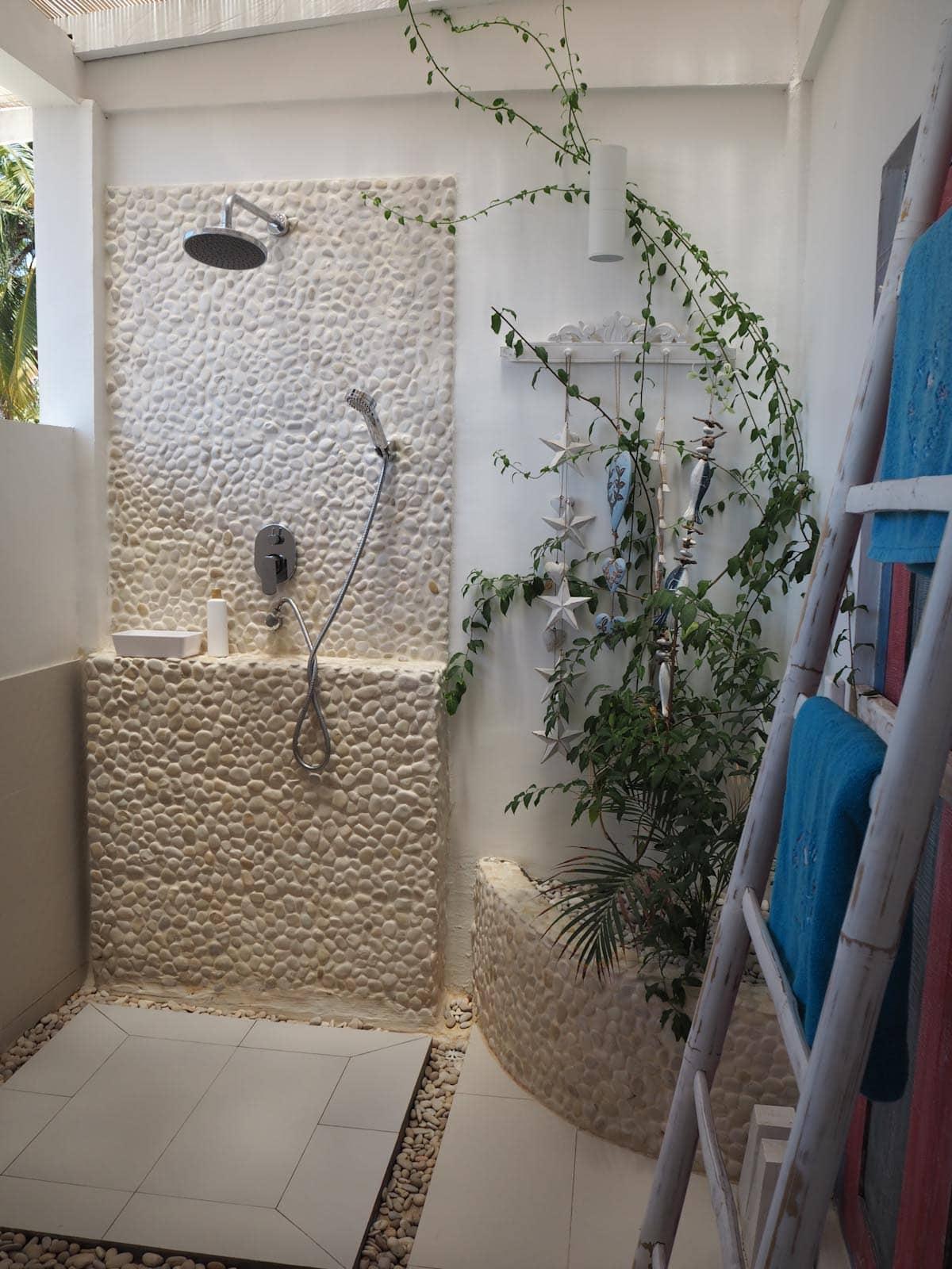 The outdoor shower at Villa Gili Bali Beach - Gili Trawangan Bali